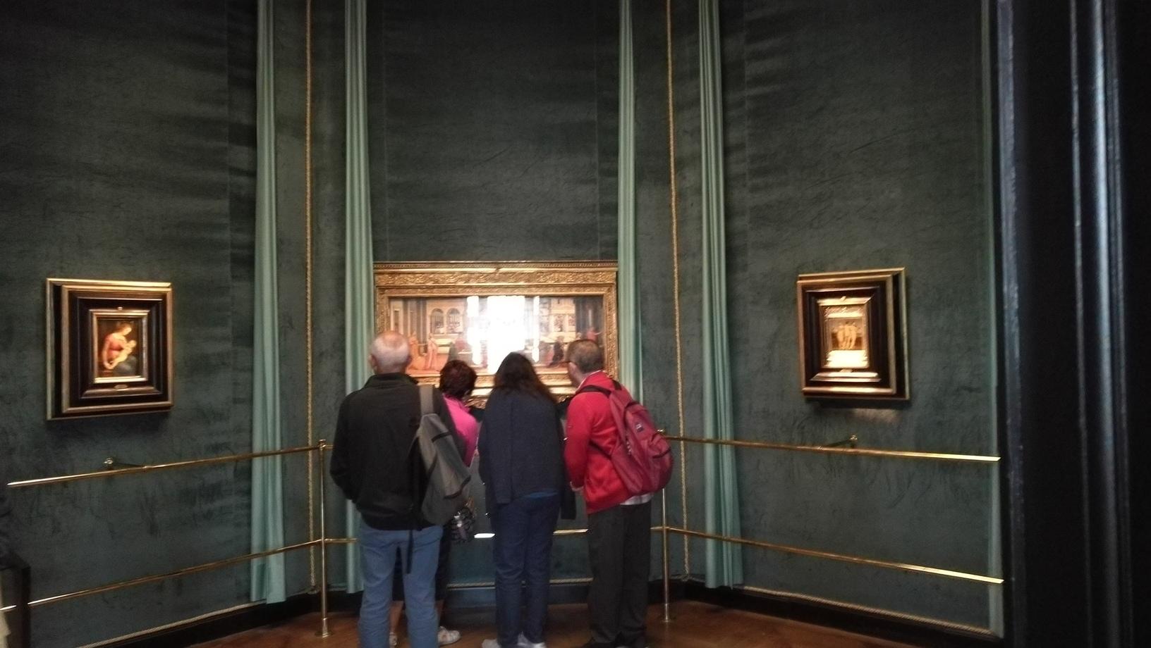 นักท่องเที่ยวมุง ภาพ Esther