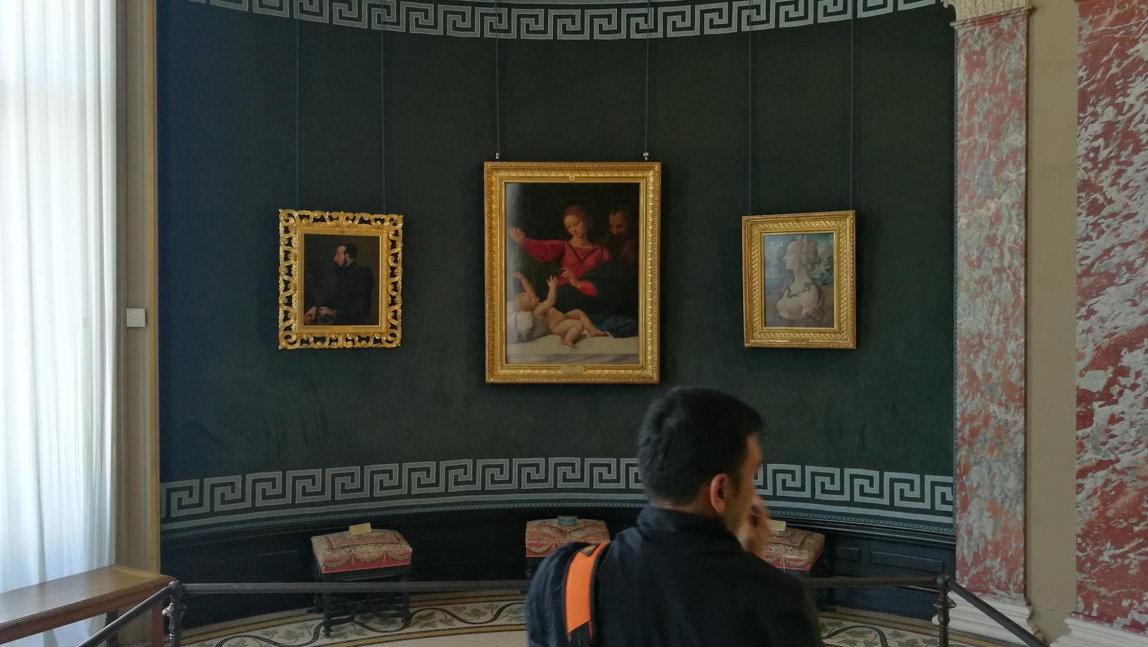 Simonetta ภาพขวาสุด ในห้องโรทันดา