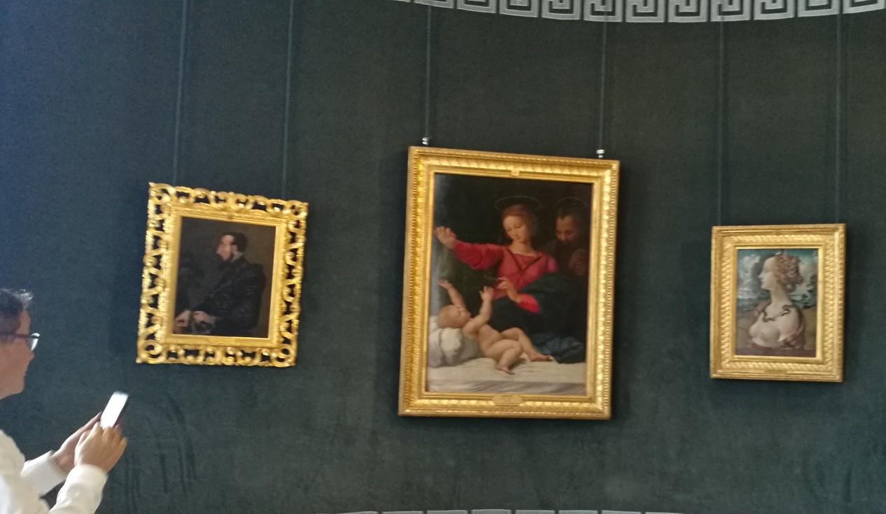 ภาพใหญ่คือภาพ ชื่อ Madonna of Loreto by Raphael ในห้องโรทันดา