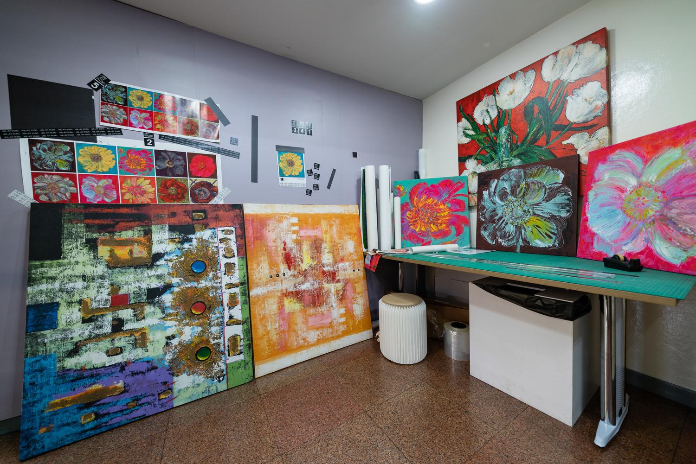 ผลงานของศิลปินใน Adis Art Studio