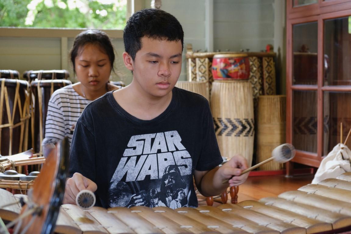 นักเรียนดนตรีไทยของเรือนบรรเลง ตั้งใจฝึกซ้อมอย่างมีสมาธิ