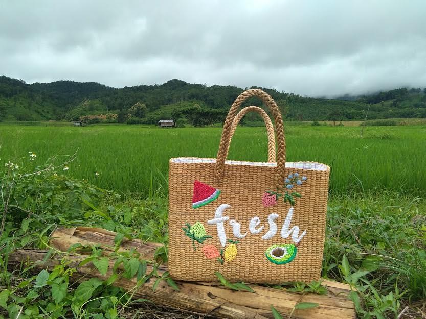 กระเป๋าสานหญ้าแฝก