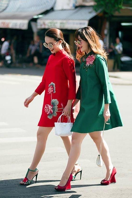 กี่เพ้าสุดเปรี้ยวที่แฝงกลิ่นอายความเป็นสาวยุค 60s เข้ากับสีสันสดใสได้อย่างสนุกสนาน